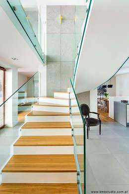 dom Kryspinów : styl , w kategorii Korytarz, przedpokój zaprojektowany przez kmb studio