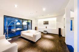 Salle multimédia de style  par casaio | smart buildings
