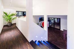 Couloir et hall d'entrée de style  par casaio | smart buildings