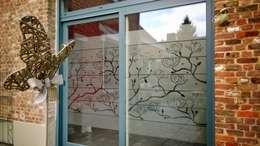 FLEURS DE PIVOINE: Fenêtres & Portes de style de style eclectique par J'HABILLE VOS FENETRES