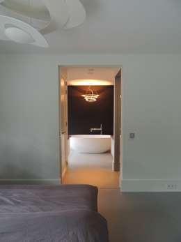 Doorkijk van de masterbedroom naar de badkamer: minimalistische Slaapkamer door Design Gietvloer