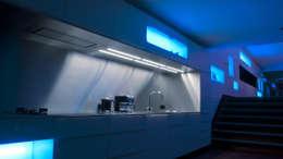 Droomhuis met 'Ambylight': moderne Keuken door Lab32 architecten