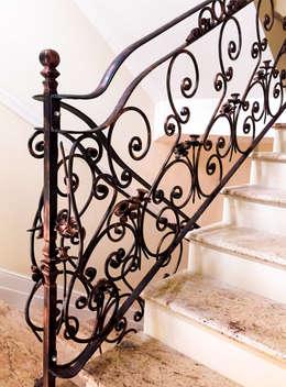 Vestíbulos, pasillos y escaleras de estilo  por Armet