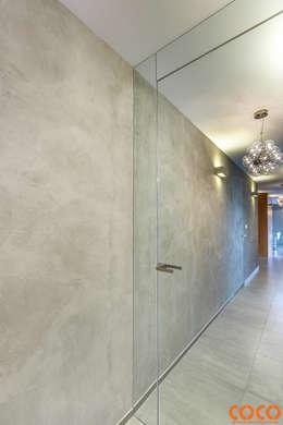 Dom w szarościach: styl , w kategorii Okna zaprojektowany przez COCO Pracownia projektowania wnętrz