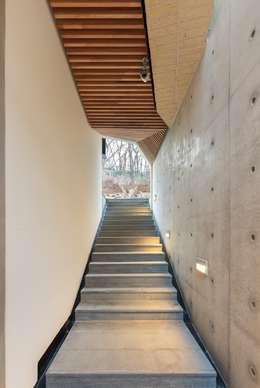 내곡동 천경재: 제이에이치와이 건축사사무소의  현관 & 계단 & 복도