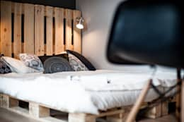Camera da letto in stile in stile Scandinavo di Raca Architekci