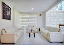 Salas de estar modernas por Excelencia en Diseño