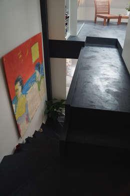 APPARTEMENT PARIS: Couloir, entrée, escaliers de style de style Moderne par ARTS BETON DESIGN - Créateur de béton haute couture