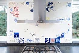 blue red and yellow: eclectische Keuken door José den Hartog