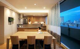 山本通の家 リビングよりキッチンを見る: 株式会社seki.designが手掛けたダイニングです。