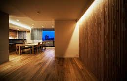山本通の家 子供たちの遊び部屋からリビングを見る: 株式会社seki.designが手掛けた子供部屋です。