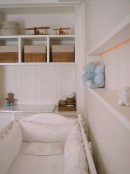 Quarto bebê: Quarto de crianças  por Asenne Arquitetura
