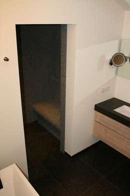 Met mozaiek betegelde zitbank in de stoomdouche: moderne Badkamer door Bad & Design