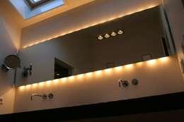 Spiegel met wandverlichting onder en boven: moderne Badkamer door Bad & Design