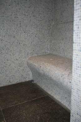 zitbank met mozaiek: moderne Badkamer door Bad & Design