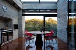 Comedores de estilo moderno por Marcos Bertoldi