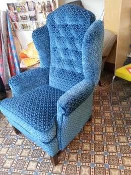 studio zipp: meubelstoffering in zowel klassieke, als moderne vorm: klasieke Woonkamer door studio zipp