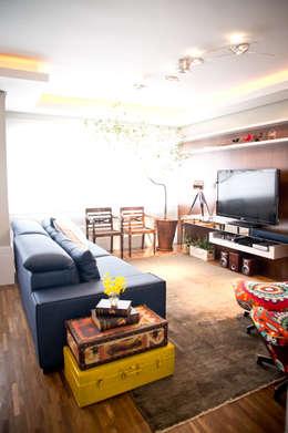 Apartamento Petrópolis - Porto Alegre: Sala de estar  por Joana & Manoela Arquitetura