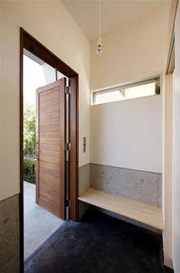 趣味の地下空間をもつコートハウス: 充総合計画 一級建築士事務所が手掛けた窓です。