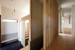 趣味の地下空間をもつコートハウス: 充総合計画 一級建築士事務所が手掛けた廊下 & 玄関です。
