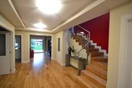 Pasillos y recibidores de estilo  por Canexel