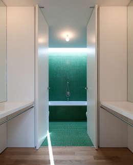 Casa Jarego: Casas de banho modernas por CVDB Arquitectos