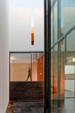 Casa Jarego: Habitações  por CVDB Arquitectos
