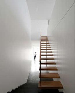 Casa Jarego: Corredores, halls e escadas modernos por CVDB Arquitectos