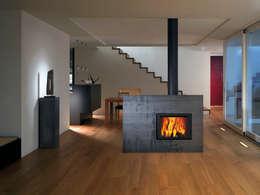 Attika X-Board: moderne Wohnzimmer von StauffacherBenz