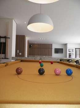 Salão de Jogos Gourmet: Salas multimídia modernas por Roesler e Kredens Arquitetura