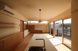 2階に緑のある都市型住居: STUDIO POHが手掛けたダイニングです。