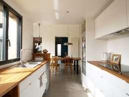 Extension bois cuisine salle à manger: Cuisine de style de style Moderne par EC architecture