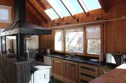 Cocinas de estilo clásico por Aguirre Arquitectura Patagonica