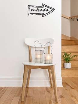 Vestíbulos, pasillos y escaleras de estilo  por Petit Vinilo