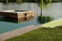 Agua , piedra y madera .: Piletas de estilo ecléctico por PARQUEARTE  Piscinas como iconos de diseño.