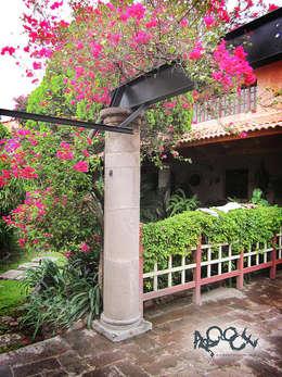 Casa Ala: Garajes de estilo rústico por CONSTRUCTORA ARQOCE
