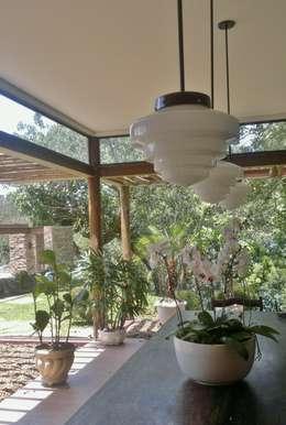 Comedores de estilo rural por Kika Prata Arquitetura e Interiores.