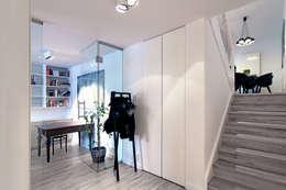 Dom na Różanym Potoku : styl , w kategorii Korytarz, przedpokój zaprojektowany przez Neostudio Architekci
