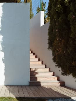 ESCALIER D'ACCÈS A LA MAISON: Couloir et hall d'entrée de style  par X-TREM CLEMENT BOIS ARCHITECTE