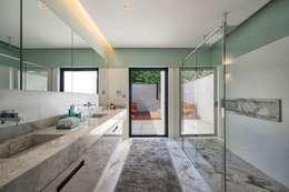 Projeto Casa Moderna - Jorge Elmor: Banheiros modernos por Elmor Arquitetura