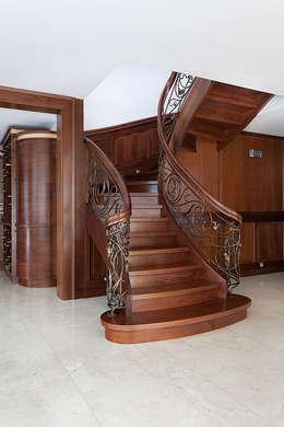 Vestíbulos, pasillos y escaleras de estilo  por Anna Buczny PROJEKTOWANIE WNĘTRZ