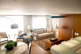 APARTAMENTO GUAÍBA: Sala de estar  por Joana & Manoela Arquitetura