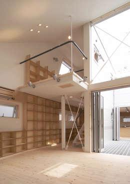 借景の家: 充総合計画 一級建築士事務所が手掛けたリビングです。