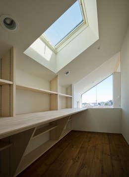 OPERA: 充総合計画 一級建築士事務所が手掛けた書斎です。