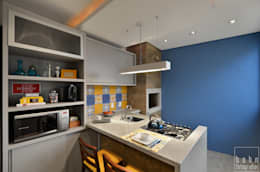 cozinha azul com churrasqueira e bancada gourmet: Cozinhas modernas por ABHP ARQUITETURA