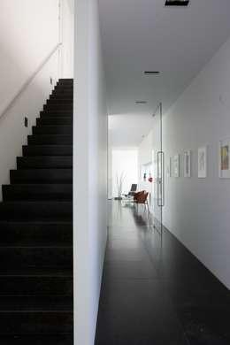 Le cube blanc : Couloir et hall d'entrée de style  par Luc Spits Interiors