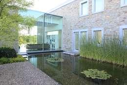 Le moellon: Maisons de style de style Moderne par Luc Spits Interiors