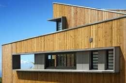 villa PAVARD: Maisons de style de style Tropical par T&T architecture