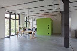 Küchenkubus: minimalistische Esszimmer von studioinges Architektur und Städtebau