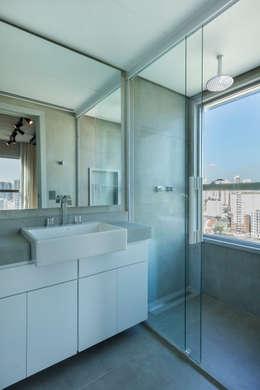 Ванные комнаты в . Автор – Studiodwg Arquitetura e Interiores Ltda.